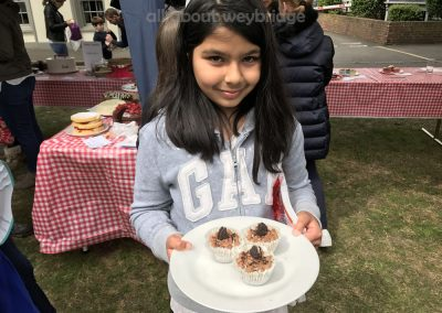 winner-shows-off-small-cakes-weybridge-cake-off